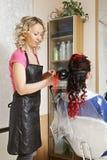 Cabelo de ondulação do cabeleireiro foto de stock