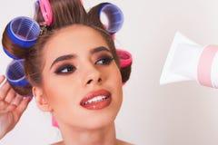 Cabelo de secagem da jovem mulher pelo hairdryer Composição e penteado Imagem de Stock