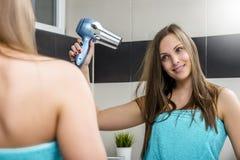Cabelo de secagem da mulher Fotos de Stock
