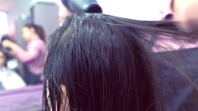 Cabelo de secagem do barbeiro com secador de cabelo Close-up do cabelo Refor?ando o cabelo com queratina video estoque