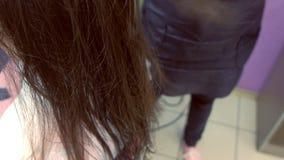 Cabelo de secagem do barbeiro com secador de cabelo Reforçando o cabelo com queratina video estoque