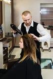 Cabelo de secagem do cabeleireiro profissional imagens de stock