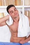 Cabelo de secagem do homem relaxado com toalha branca Foto de Stock