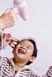 Cabelo de secagem do menino Imagem de Stock