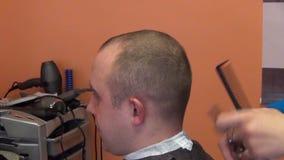 Cabelo do homem do cliente do corte do cabeleireiro com tesouras filme