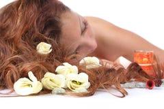 Cabelo e flores no foco fotografia de stock royalty free
