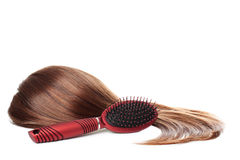 Cabelo e hairbrush de Brown | Isolado Fotos de Stock Royalty Free