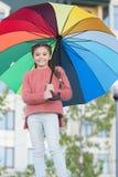 Cabelo longo da criança da menina com guarda-chuva Influência positiva acessória colorida Guarda-chuva brilhante Estada positiva  foto de stock royalty free