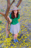 Cabelo longo da mulher bonita com as flores amarelas no jardim Foto de Stock Royalty Free