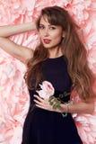 Cabelo longo da mulher 'sexy' bonita com muitas flores Foto de Stock