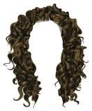 Cabelo longo encaracolado da mulher na moda louro marrom do penteado Estilo da beleza da forma Imagens de Stock Royalty Free