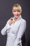 Cabelo louro da camisa branca madura da mulher 40s Imagem de Stock