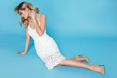 Cabelo louro novo 'sexy' bonito de mulher de negócio com a composição da noite que veste uma parte superior do terno de vestido e Imagem de Stock Royalty Free
