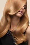 Cabelo louro Retrato do louro bonito com cabelo ondulado longo Olá! Imagens de Stock
