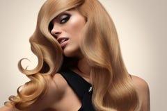Cabelo louro Retrato do louro bonito com cabelo ondulado longo Olá! Imagens de Stock Royalty Free