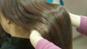 Cabelo luxuoso nas mãos do cabeleireiro filme