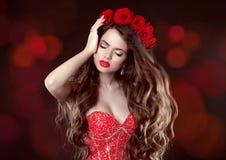 Cabelo ondulado longo composição Mulher bonita com rosas Beleza Portr Imagens de Stock Royalty Free