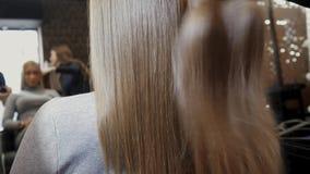 Cabelo para a extensão do cabelo O cabelo para a extensão do cabelo é aplicado à cabeça 4K video estoque