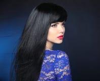 Cabelo preto longo Menina modelo bonita com a canela reta saudável imagens de stock royalty free