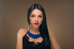 Cabelo preto longo Retrato da mulher da forma Imagem de Stock Royalty Free