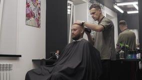Cabelo profissional do corte do cabeleireiro com tosquiadeira de cabelo Cabeleireiro do homem filme