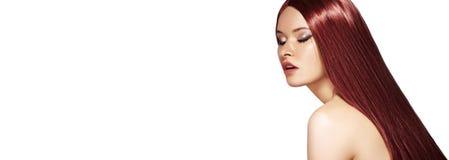 Cabelo reto longo de Brown Modelo de forma 'sexy' com penteado vermelho liso Beleza com composição, tratamento da queratina Copys imagens de stock