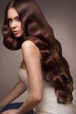 cabelo Retrato da mulher bonita com cabelo ondulado longo Qual alto Foto de Stock Royalty Free