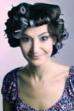 Cabelo-rolos na cabeça da mulher Foto de Stock Royalty Free