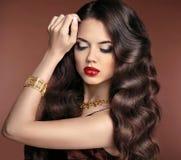 Cabelo saudável composição Menina moreno bonita com o hai ondulado longo Fotos de Stock
