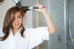 Cabelo secando da jovem mulher Imagem de Stock Royalty Free