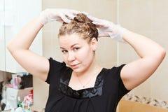 Cabelos de tingidura da fêmea em casa Foto de Stock Royalty Free