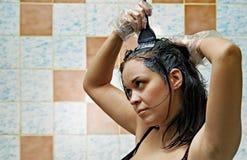 Cabelos de tingidura da mulher Imagens de Stock Royalty Free