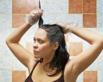Cabelos de tingidura da mulher Fotos de Stock Royalty Free