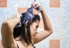 Cabelos de tingidura da mulher Fotos de Stock