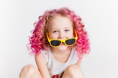 Cabelos ondulados coloridos A menina moderna pequena do moderno na forma veste-se, sorrindo estúdio Fotos de Stock Royalty Free