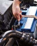 Caber una batería a un coche Imagen de archivo libre de regalías