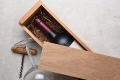 Cabernet in een houten doos die gedeeltelijk door zijn deksel wordt behandeld stock afbeeldingen