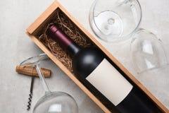 Cabernet fles in houten geval met glazen en kurketrekker royalty-vrije stock fotografie