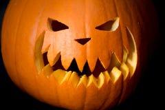 Cabeza asustadiza de la calabaza de Halloween en negro Imágenes de archivo libres de regalías