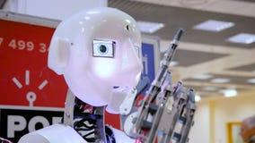 Cabeza blanca del robot en la demostración robótica almacen de metraje de vídeo