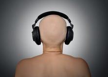Cabeza calva con los auriculares, vista posterior. Imágenes de archivo libres de regalías