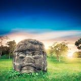 Cabeza colosal de Olmec en la ciudad del La Venta, Tabasco Imagen de archivo libre de regalías