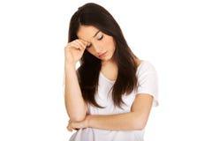 Cabeza conmovedora de la mujer adolescente deprimida Foto de archivo