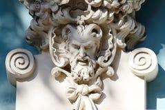 Cabeza de cuernos del sátiro, decoración vieja de la casa, mitología griega fotos de archivo