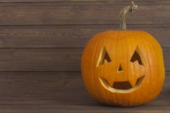 Cabeza de la calabaza de Halloween en fondo de madera Preparación para Víspera de Todos los Santos Cabeza tallada de una calabaza Imagenes de archivo