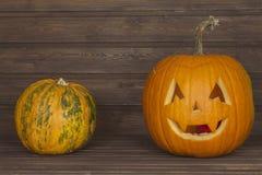 Cabeza de la calabaza de Halloween en fondo de madera Preparación para Víspera de Todos los Santos Cabeza tallada de una calabaza Imágenes de archivo libres de regalías