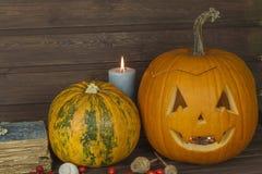 Cabeza de la calabaza de Halloween en fondo de madera Preparación para Víspera de Todos los Santos Cabeza tallada de una calabaza Fotos de archivo