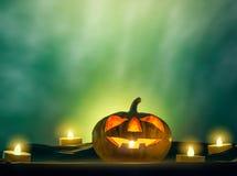 Cabeza de la calabaza de Halloween con la luz de la vela en parte posterior fantasmagórica de la oscuridad Fotos de archivo libres de regalías