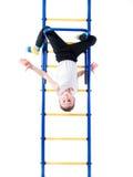 Cabeza de la ejecución del niño pequeño abajo en la barra Imagen de archivo libre de regalías