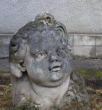 Cabeza de la estatua del niño en el jardín Imagen de archivo libre de regalías